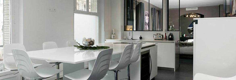 Cuisine contemporaine blanche, une pièce ultra lumineuse